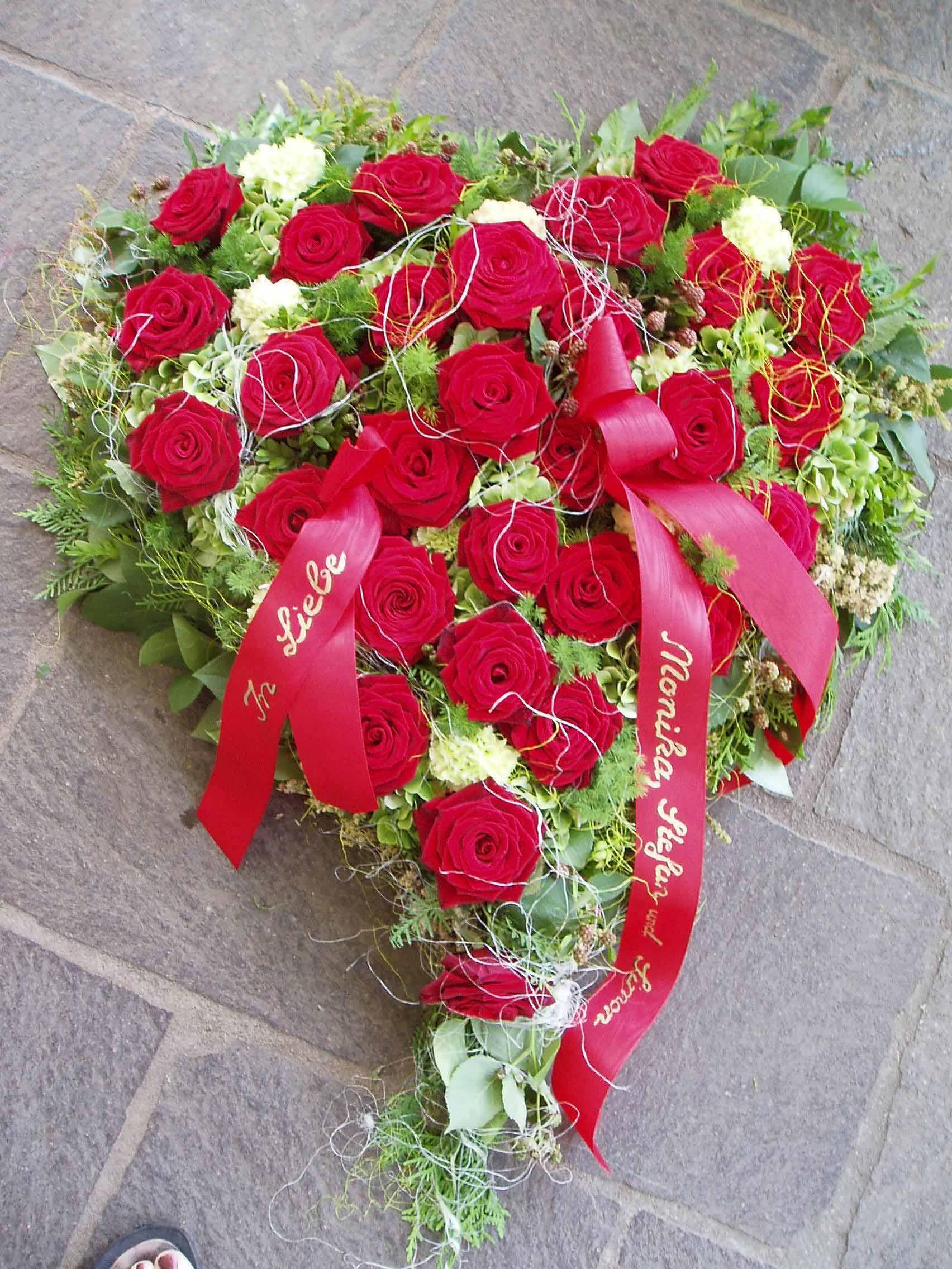 01 Klassisches Trauerherz mit roten Rosen