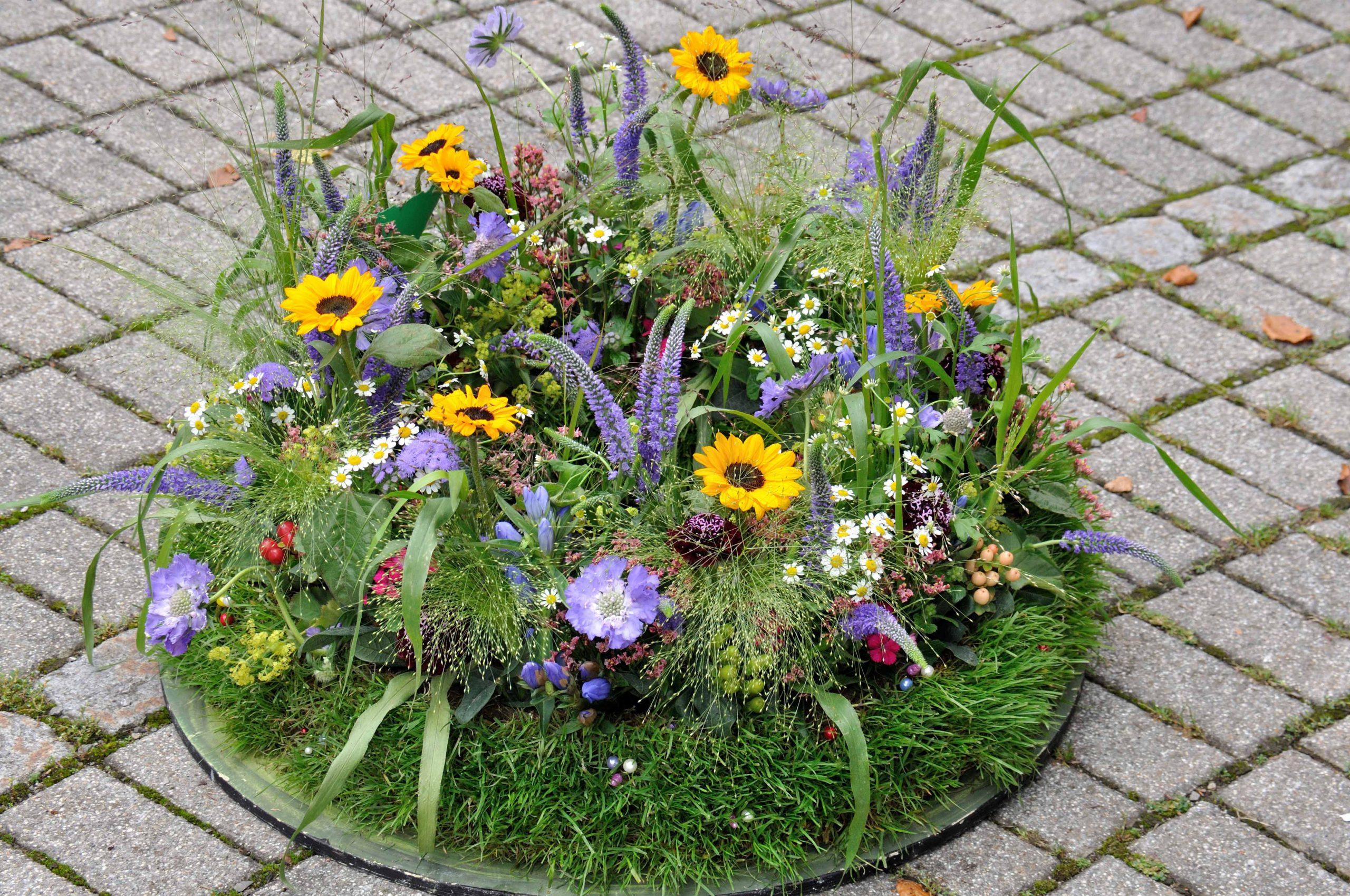 03 Sommerlicher rundgesteckter Trauerkranz mit Wiesenblumen