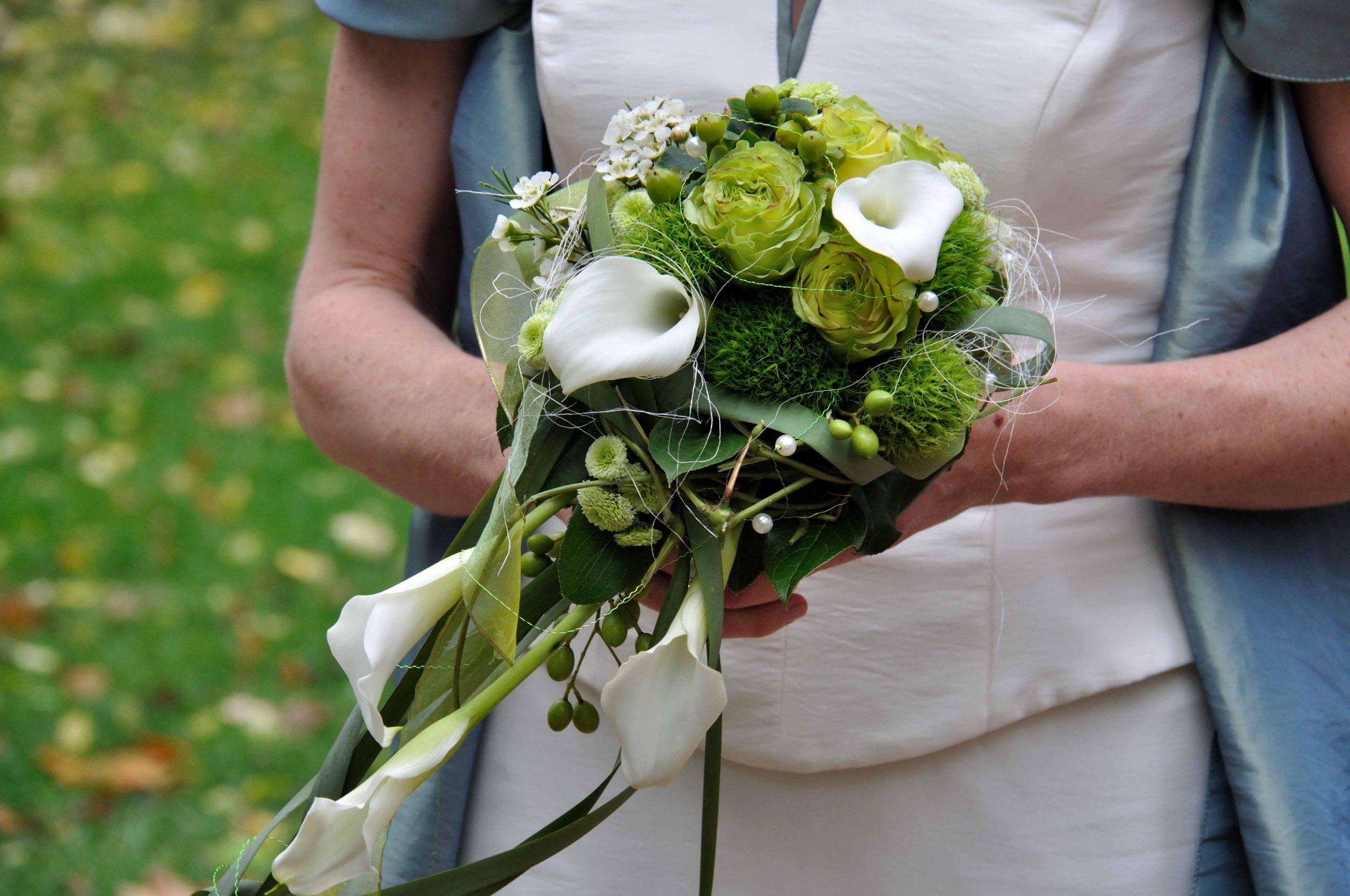 06 kompakt abfließend grün mit weißen Calla