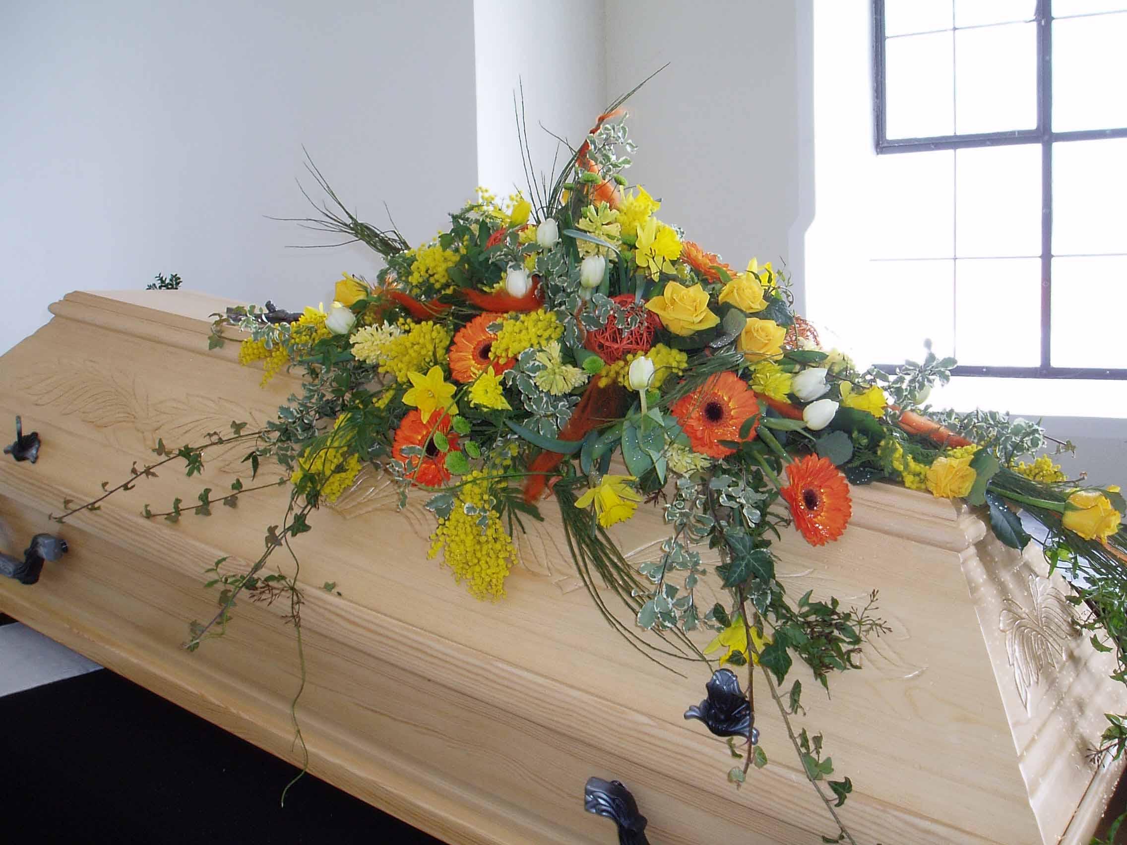 11 Frühlingshaftes Sargbukett gelb-orange