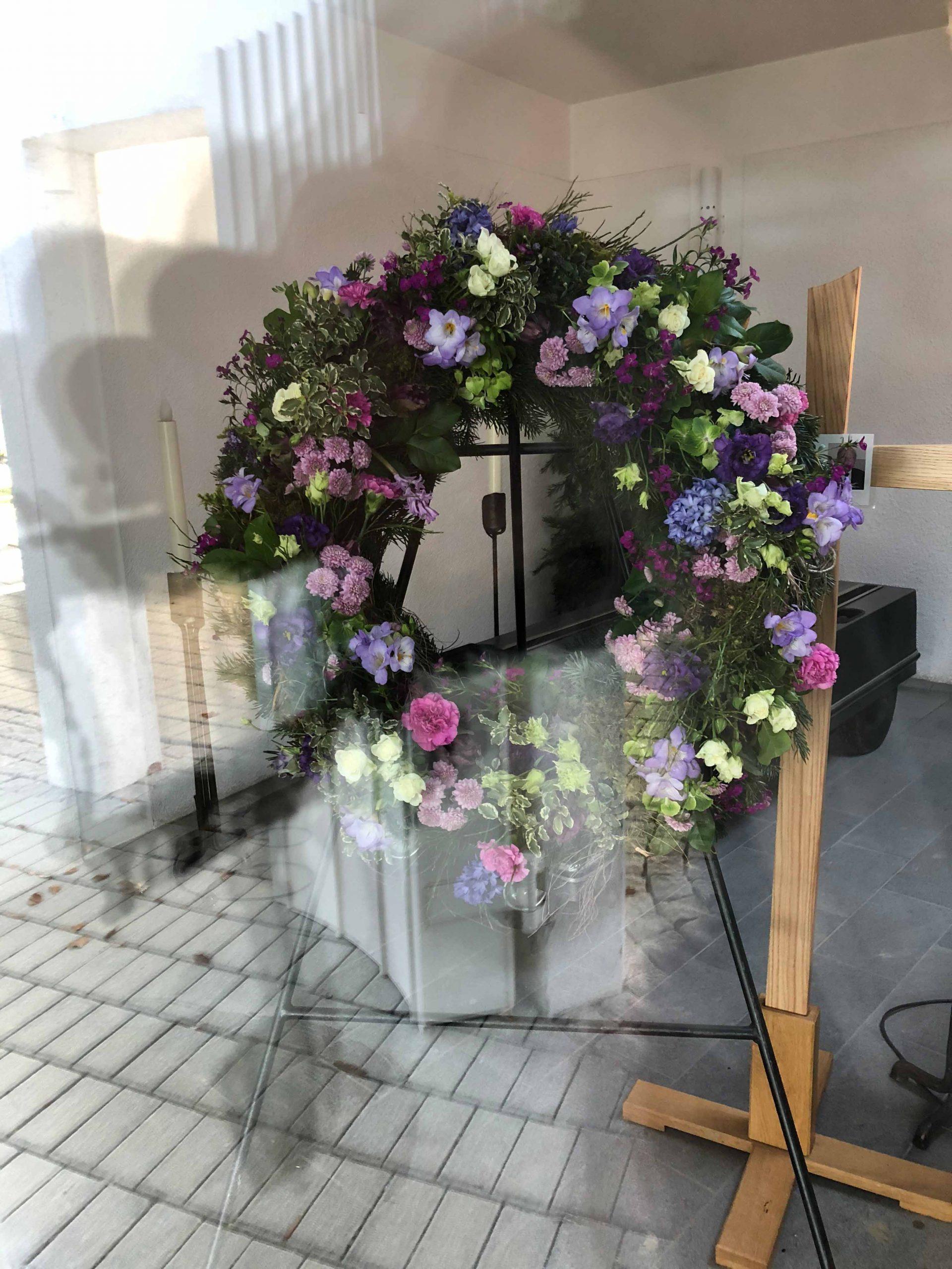 12 Rundgesteckter Trauerkranz flieder-violett