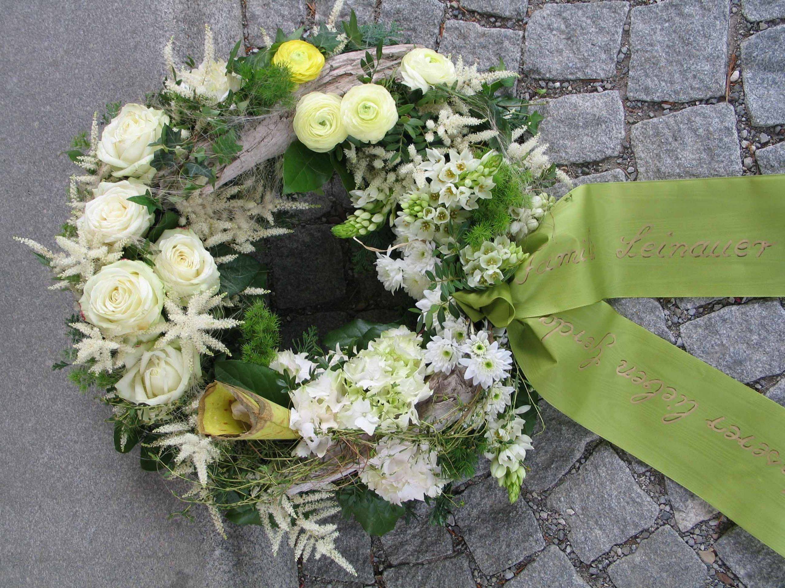 15 Rundgesteckter Trauerkranz weiß-grün