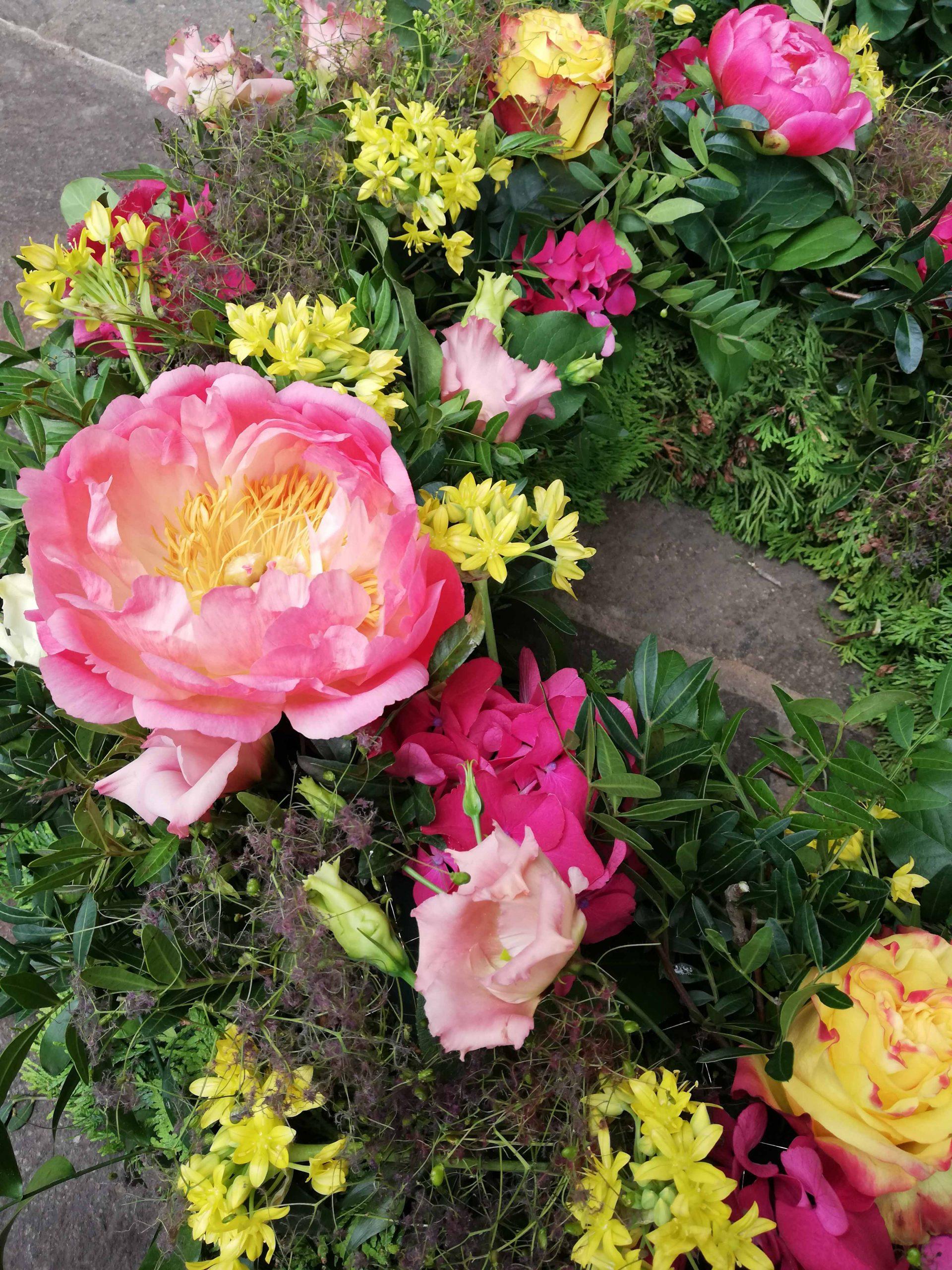 17 Rundgestecker Trauerkranz hellgelb-rosé