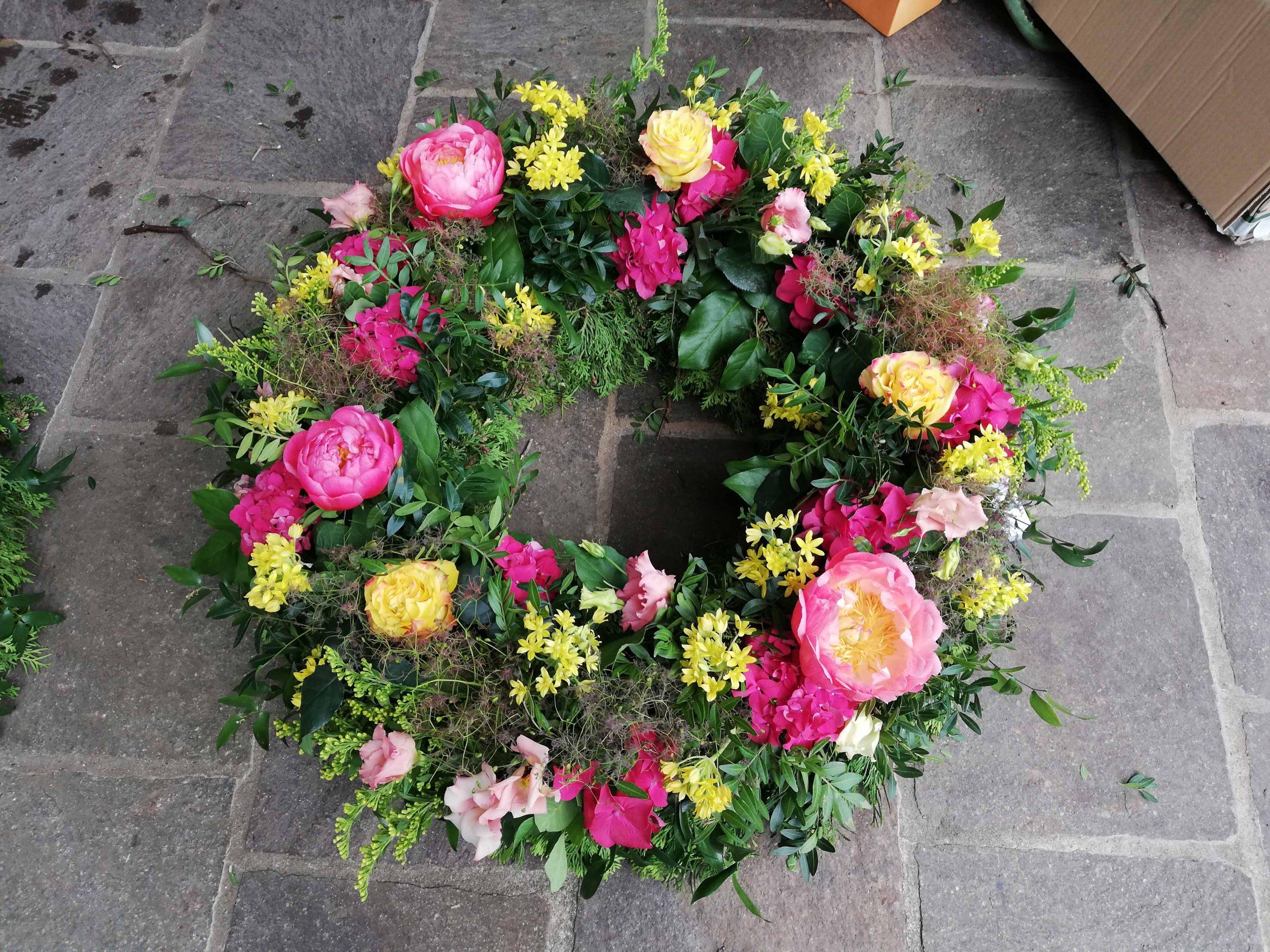 18 Rundgestecker Trauerkranz hellgelb-rosé