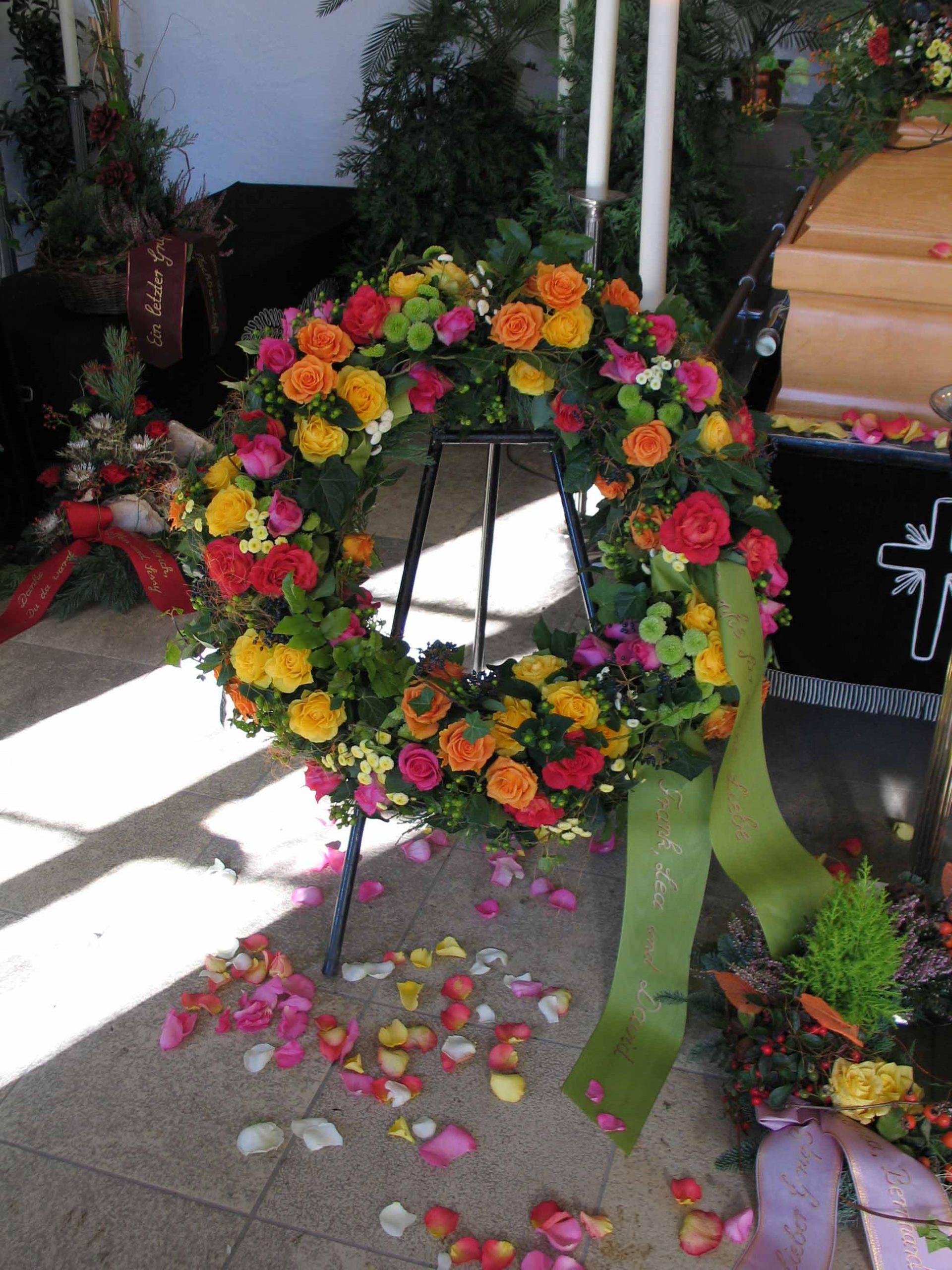 19 Rundgesteckter Trauerkranz mit bunten Rosen