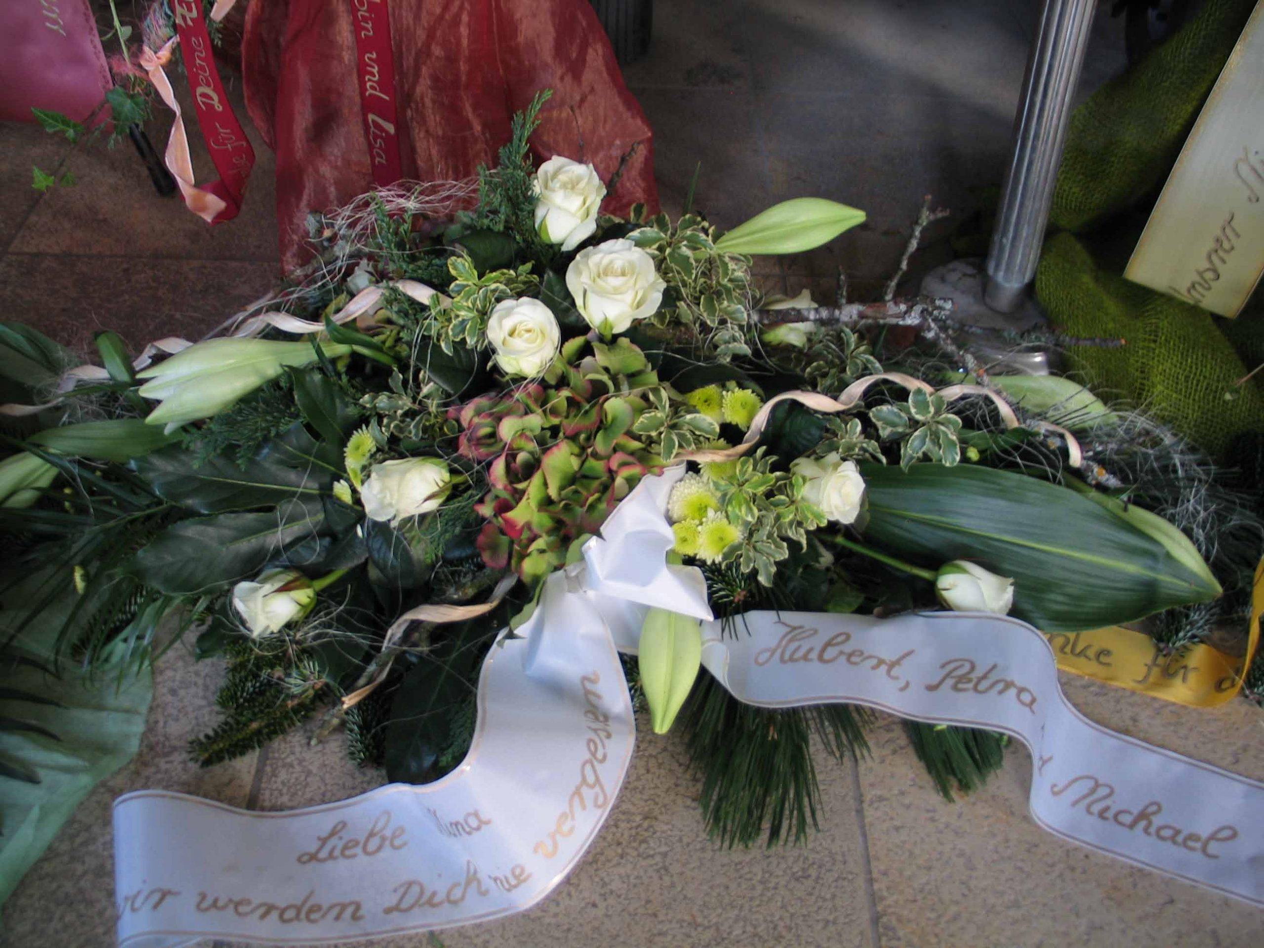 25 Trauerbukett weiß-grün mit Lilien