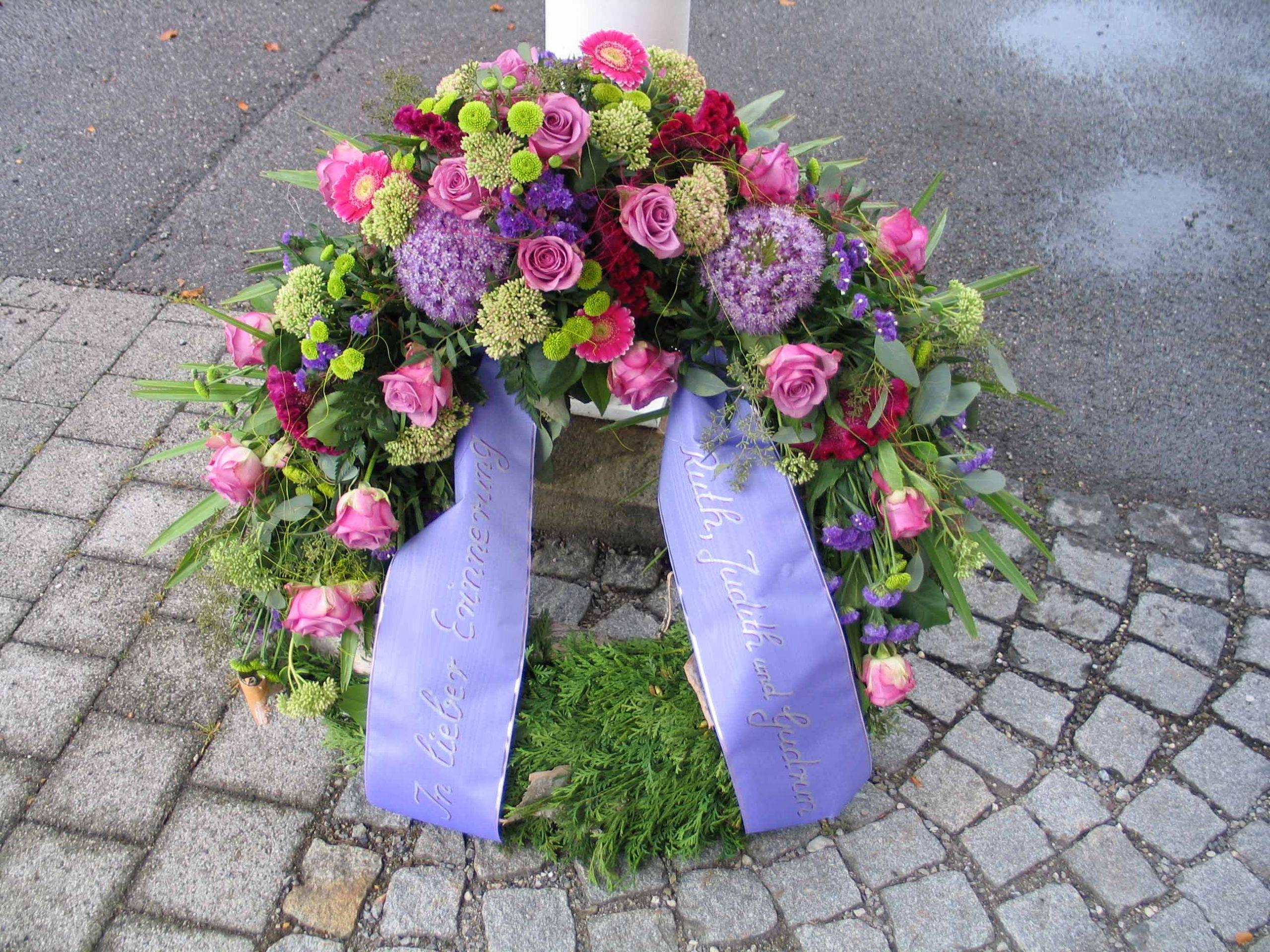27 Trauerkranz mit Kopfgarnierung flieder-rosa