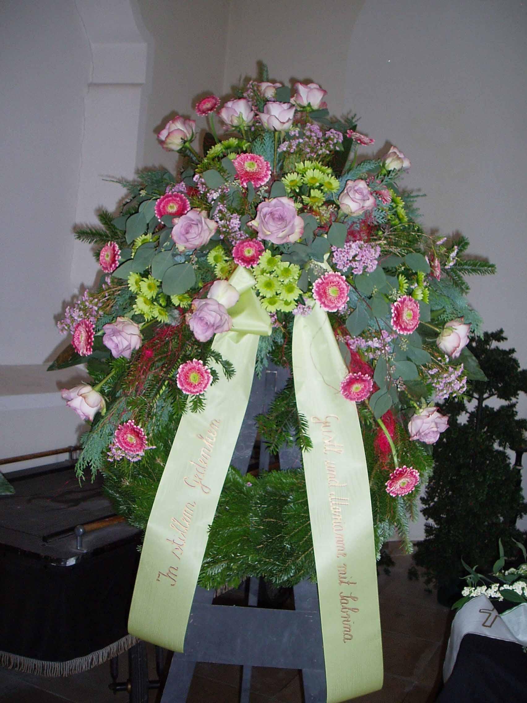 29 Trauerkranz mit Kopfgarnierung pink-violett