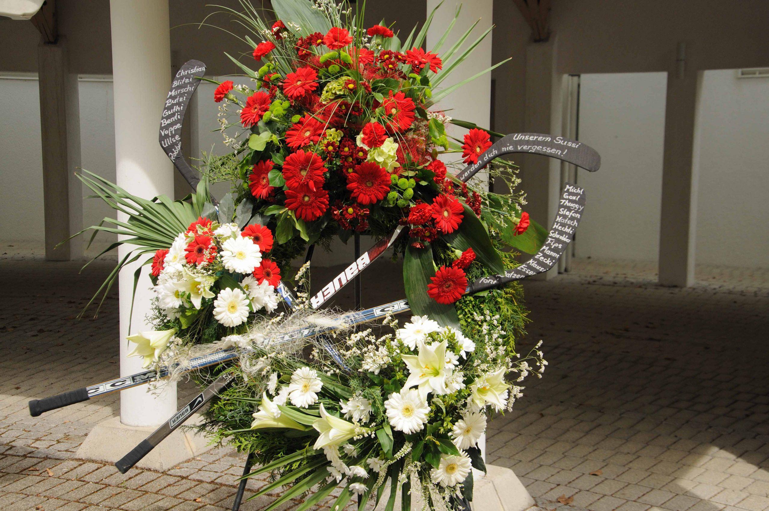 31 Trauerkranz mit Garnierung an drei Stellen rot-weiß