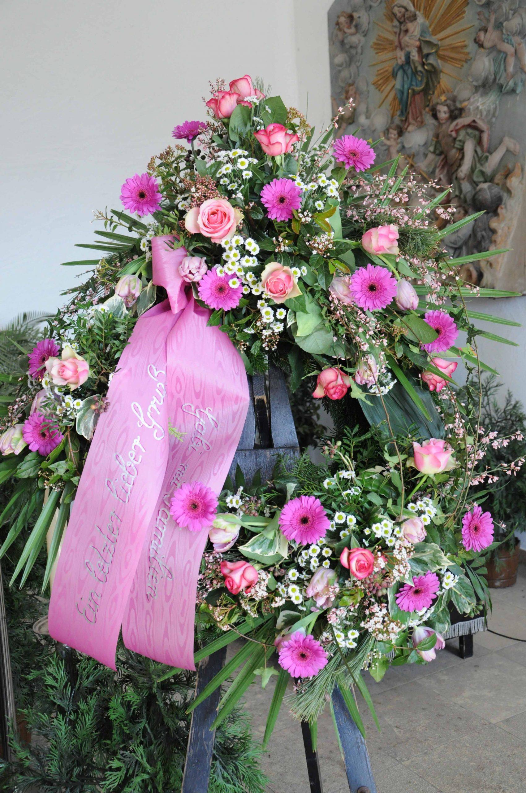 33 Trauerkranz mit Garnierung an drei Stellen in Rosa-weiß