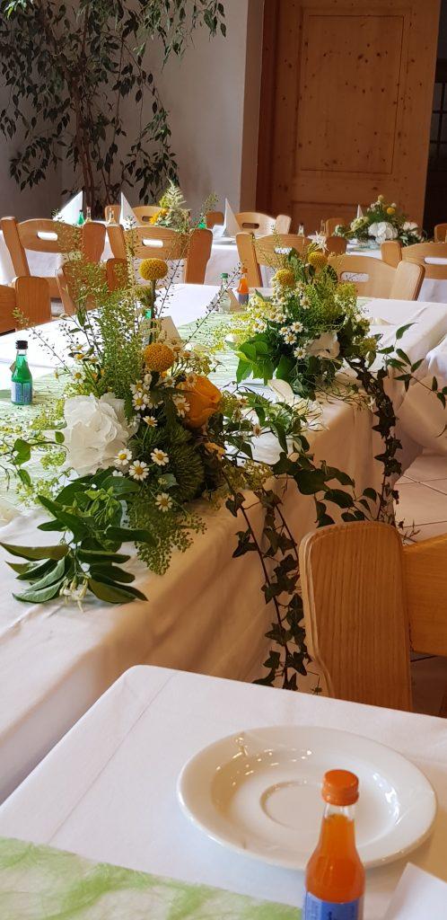 28,5 Wiesig gelb-weiße Tischgestecke