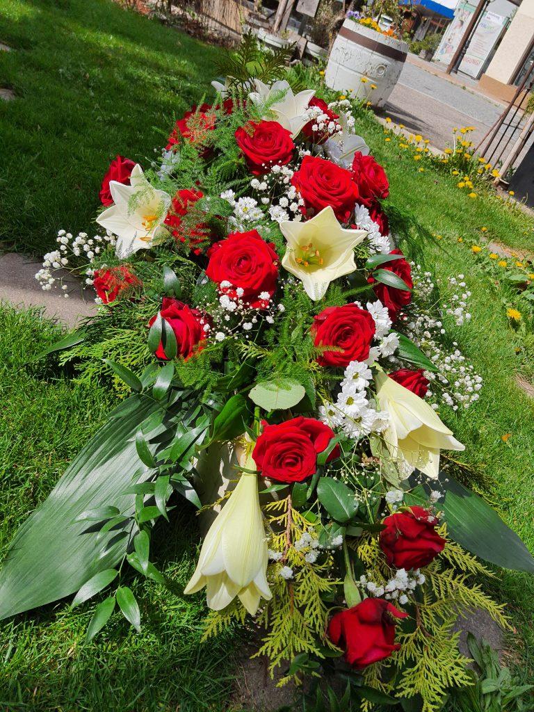 06 weiße Lilien, rote Rosen