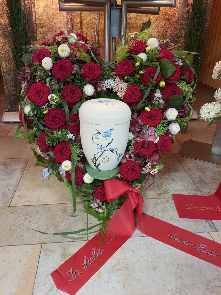 37 Urnenherz mit roten Rosen und Weiß